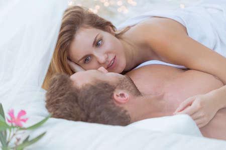 sexo pareja joven: Esposa y marido de tener relaciones sexuales en el hotel
