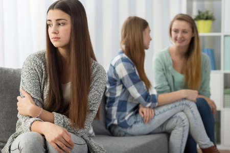여동생이 거부 한 상처 입은 십대 소녀의 이미지 스톡 콘텐츠