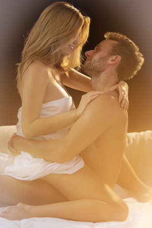 sexo pareja joven: Pareja amorosa joven sentado en posici�n de sexo