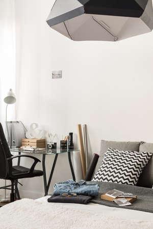 スタイリッシュな複合ベッドルームやホーム オフィスのイメージ 写真素材