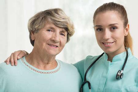 señora mayor: Sonriente señora mayor con su médico de apoyo