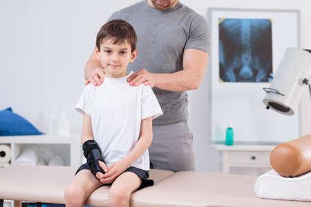 fisioterapia: Imagen del ni�o con escoliosis durante la fisioterapia Foto de archivo