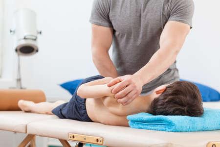 Close-up van de fysiotherapeut met PNF stretching techniek Stockfoto