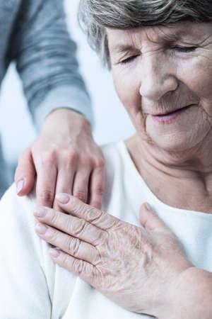 actitud: Imagen de la ayuda de la mujer que tiene mal de edad avanzada Foto de archivo
