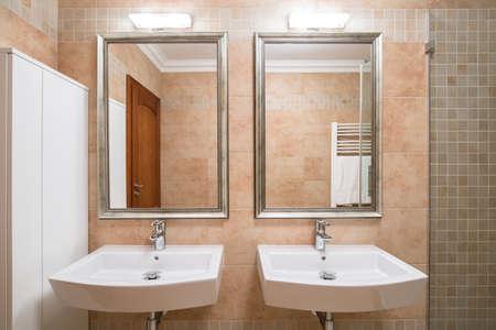 Mooie badkamer voor een paar in het huis Stockfoto