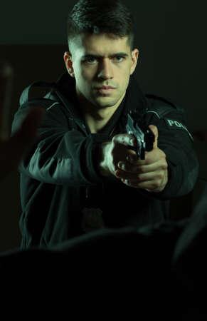 defensa personal: Polic�a armado joven con el arma y defensa personal