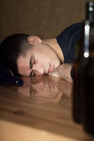 soledad: El hombre joven está durmiendo después de la gran fiesta