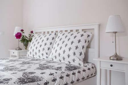 Bella e di buon gusto biancheria da letto in una camera da letto