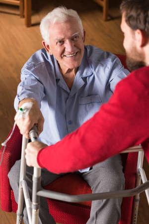 hipertension: Imagen del Hijo de ayuda del padre anciano discapacitado