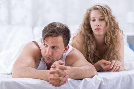 argumento: El par se está acostado en la cama y triste después de argumento