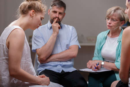 アルコール中毒患者匿名の会議中に人の画像 写真素材