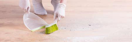 mucama: Señora de la limpieza tiene un montón de trabajo en la casa Foto de archivo