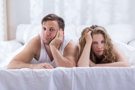 couple bed: Couple couché dans le lit ne parle pas après une dispute