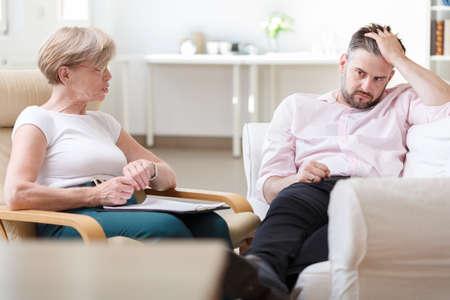 terapia psicologica: Imagen del psicólogo profesional analizando el comportamiento del paciente