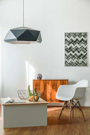 vertical: habitación creativa minimalista de moda joven