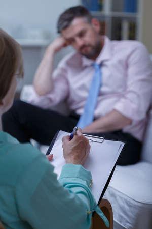sicologia: Foto de un hombre aburrido durante el examen psicológico Foto de archivo