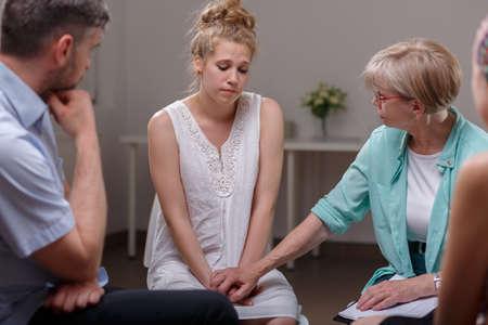 violencia intrafamiliar: Imagen de la víctima de violencia doméstica en la terapia con grupo de apoyo Foto de archivo