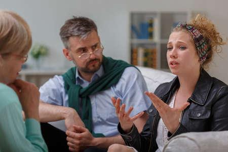 terapia psicologica: Imagen del consejero y pareja con un problema durante la terapia
