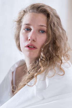 fille pleure: Jeune femme se sent malheureux et pleurer