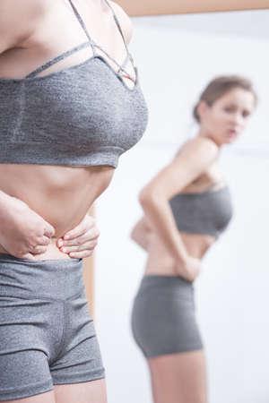 skinny: Foto de la muchacha flaca con la obsesión cuerpo enfermo Foto de archivo
