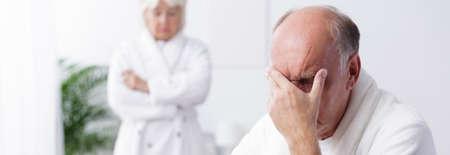 pareja casada: El viejo hombre está enojado con su esposa