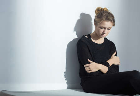 desorden: Foto de la hembra deprimida solitaria con anorexia nerviosa