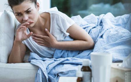 기침과 목의 감염 아픈 여자의 그림