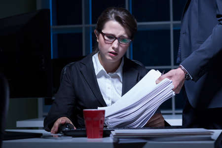 trabajando duro: Mujer dormida trabajando horas extras en la oficina Foto de archivo