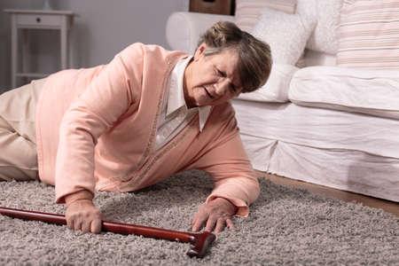haushaltshilfe: Foto von behinderten älteren und Heimunfall
