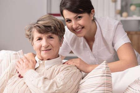 Afbeelding van de oudere vrouw met professionele medische zorg Stockfoto