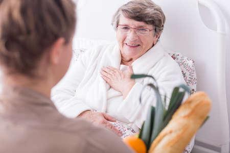 apoyo familiar: Foto de la mujer enferma en el hospital con el apoyo familiar