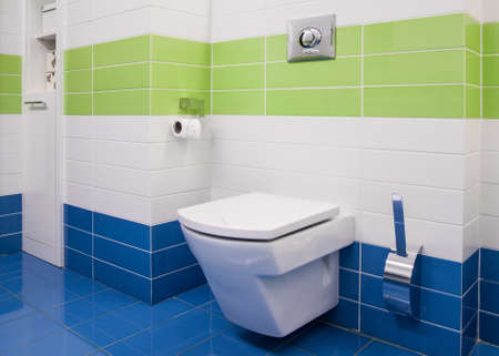 case colorate: Immagine del bagno moderno stile con piastrelle colorate