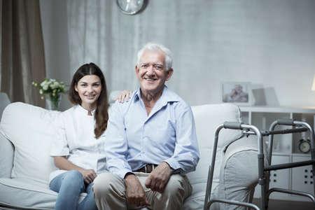 enfermera con paciente: El hombre mayor con una enfermera comunitaria visitarlo