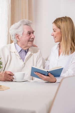 persona de la tercera edad: Imagen de la mujer útiles con el padre discapacitado