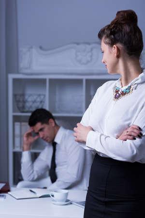 cansancio: Hombre de negocios con exceso de trabajo de horas extras de trabajo en la oficina