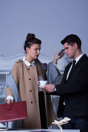 acoso laboral: Jefa Evil y su empleado masculino