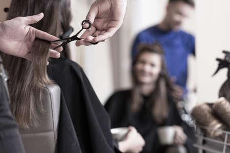 여성 클라이언트는 짧은 머리를 가지고 싶어