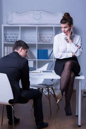 acoso laboral: Workplace mobbing - jefa criticar su empleada