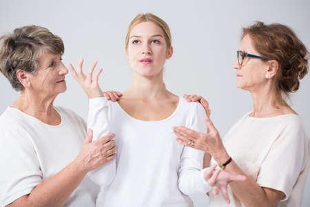 サポートおよび関連の女性間の信頼関係の画像