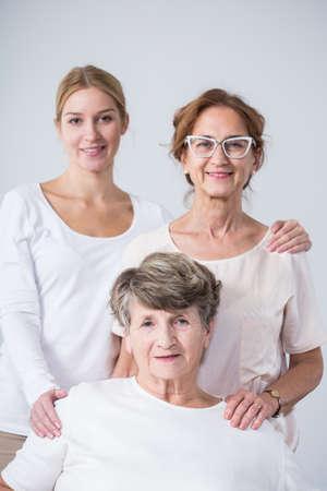 3 つの美しい女性の幸せな家族の肖像画 写真素材