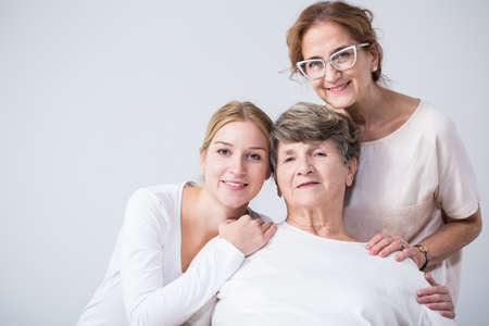 행복 한 여자 사이의 세대 간 가족 관계의 이미지