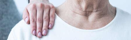 hombros: Primer plano de la mano del joven mujer elegante en el hombro de la señora mayor