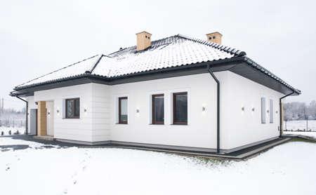 Buitenkant van een eengezinswoning in de winter