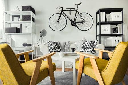 amarillo y negro: sala en blanco y negro y amarillo sillas retro Foto de archivo