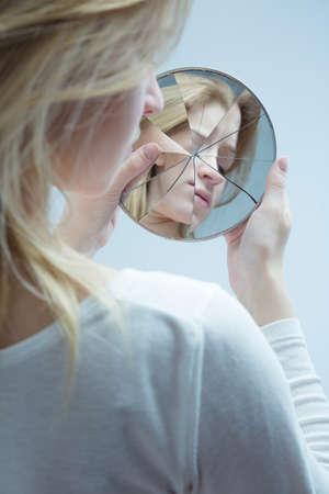 低い自尊心を持つ錯体女性の完全な非常に若い