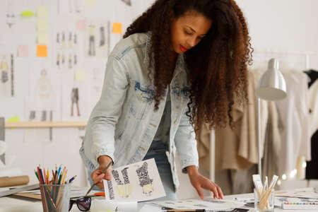 mujeres fashion: Foto del dise�ador de moda durante el trabajo de la agencia