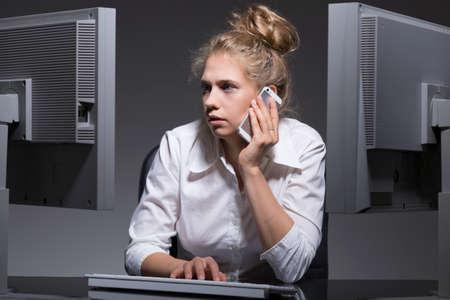 mujer sola: mujer soltera adicta al trabajo tiene un montón de trabajo