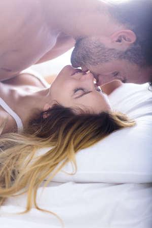 romantik: Bild av vacker kvinna förför sin pojkvän i sängen