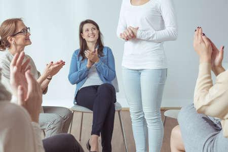 terapia grupal: Grupo de apoyo y psicoterapeuta aplaudiendo para el amigo Foto de archivo