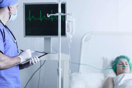 leucemia: Imagen horizontal de las funciones vitales de monitoreo enfermera del paciente después de la cirugía